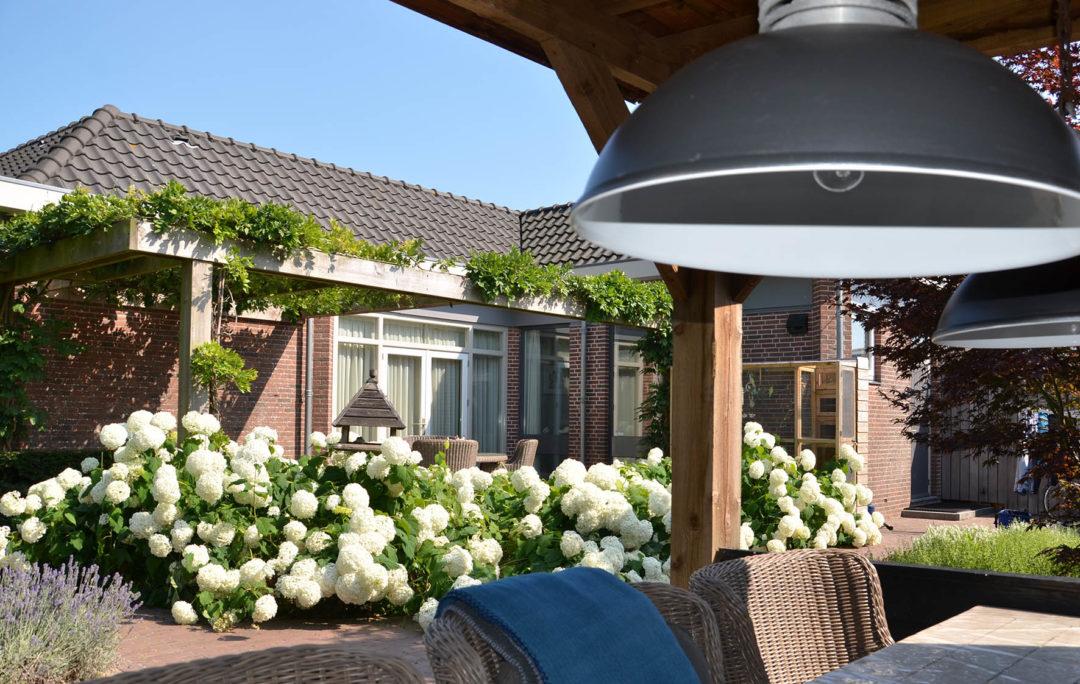 Overkapping met bloemenzee in Hoogwoud